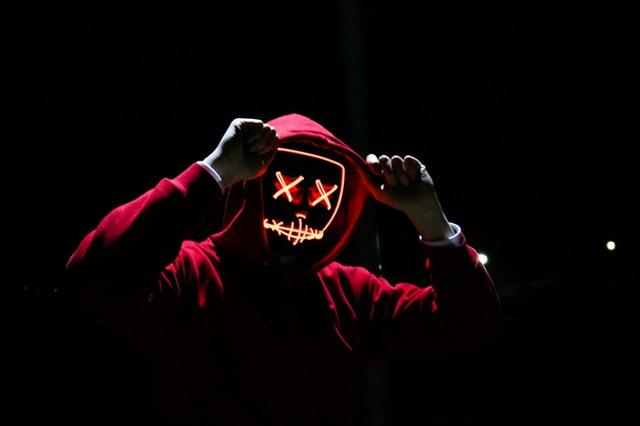 Festa di Halloween ragazzo mascherato con felpa rossa
