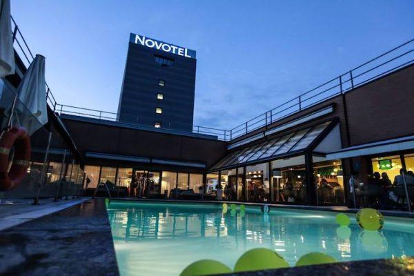 Piscina per feste di 18 anni al Novotel pool party di Milano